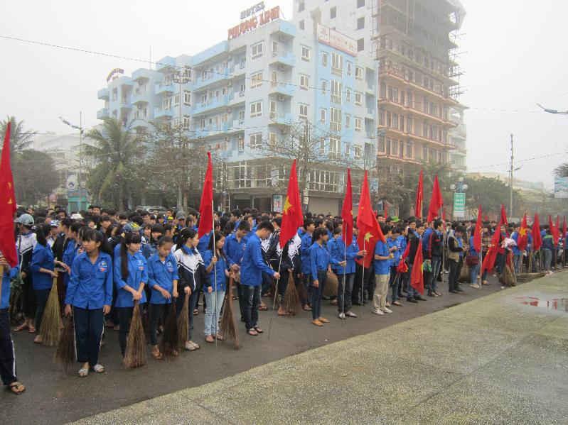 Đoàn thanh niên ra quân dọn vệ sinh môi trường