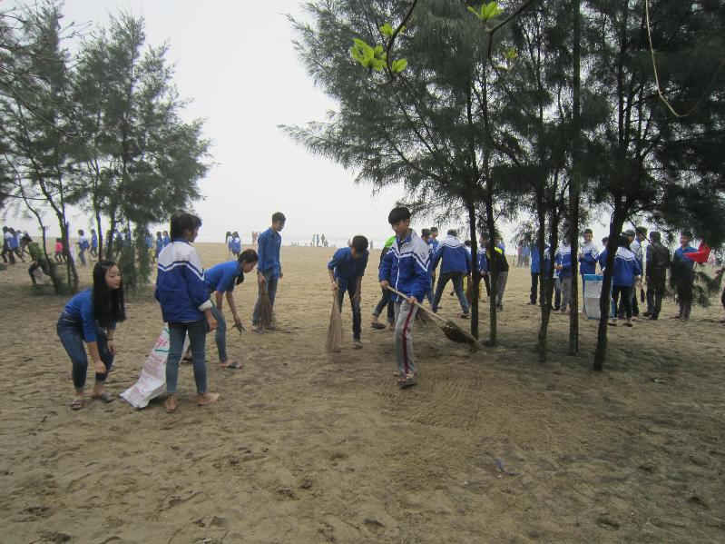 Các đoàn viên thanh niên ra quân tiến hành quét dọn, thu gom rác thải.