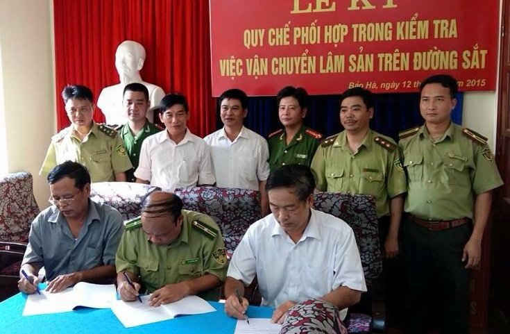 Lễ ký kết phối hợp công tác giữa Hạt kiểm lâm huyện Bảo Yên (Lào Cai) với nhà ga Bảo Hà và Thái Văn nằm trên tuyến đường sắt Lào Cai - Hà Nội. Ảnh do Chi cục kiểm lâm Lào Cai cung cấp.