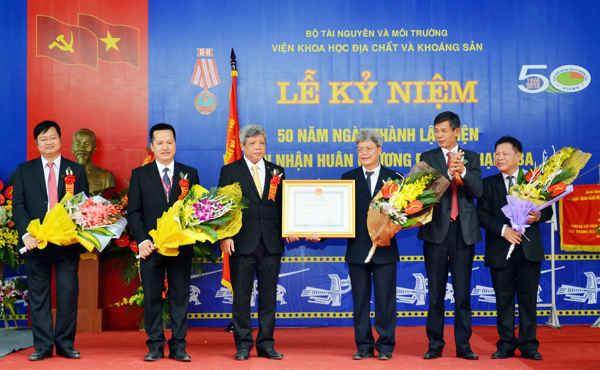 Thừa ủy quyền, Thứ trưởng Nguyễn Linh Ngọc và Thứ trưởng Chu Phạm Ngọc Hiển trao tặng Huân chương Độc lập hạng Ba của Chủ tịch nước cho Viện Khoa học Địa chất và Khoáng sản