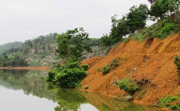 Mở đường xâm hại đến công trình hồ thủy lợi Khe Đá