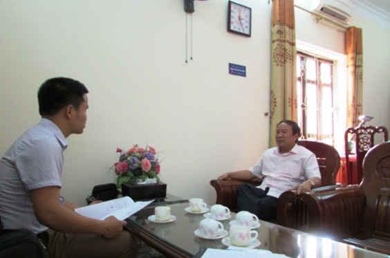 Ông Võ Văn Phúc (ngồi bên phải)- Chủ tịch UBND huyện Hương Sơn trả lời phón viên