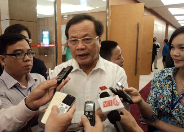 Ông Phạm Quang Nghị trả lời phỏng vấn báo chí bên hành lang Quốc hội tại kỳ họp thứ 10, khóa XIII. Ảnh: Việt Hùng