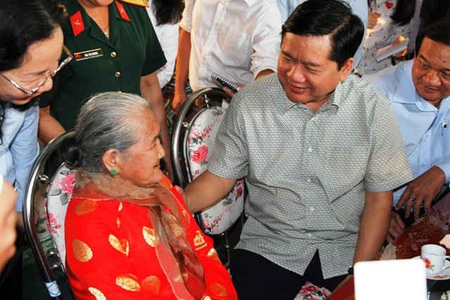 Bí thư Thành ủy TPHCM Đinh La Thăng thăm hỏi sức khỏe Mẹ Việt Nam Anh hùng Nguyễn Thị Em.