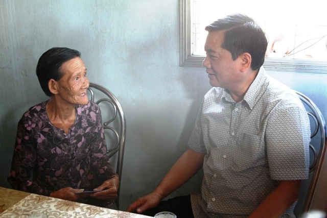 Bí thư Thành ủy TPHCM Đinh La Thăng thăm gia đình cụ Lê Thị Kiều Oanh (Thân nhân liệt sỹ).