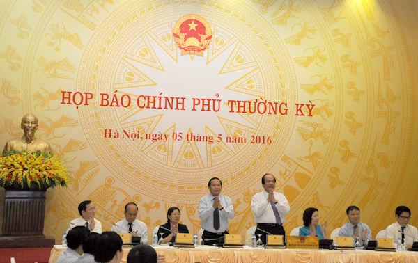 Các thành viên tham dự buổi họp báo chúc mừng hai Bộ trưởng: Trương Minh Tuấn và Mai Tiến Dũng lần đầu tiên chủ trì buổi Họp báo Chính phủ trên cương vị mới