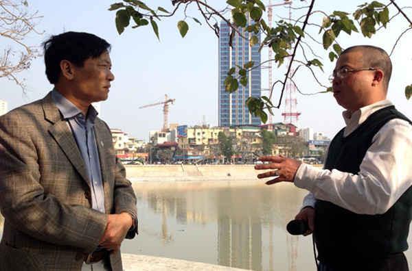Chủ tịch UBND phường Ngọc Khánh - ông Nguyễn Minh Tú (bên trái), trao đổi với PV Báo điện tử baotainguyenmoitruong.vn về triển khai cuộc vận động toàn dân trong phường bảo vệ môi trường hồ Ngọc Khánh. Ảnh: Đức Thiện