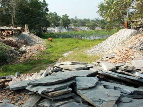 Mỗi ngày làng nghề đá chẻ Hòa Sơn thải ra gần 43m khối đá đề-sê. Nếu không có các giải pháp hợp lý, cải tạo môi trường tại đây, e rằng không bao lâu nữa, hậu họa về môi trường là không thể tính được