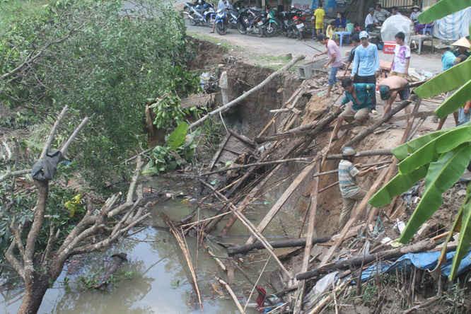 Lực lượng chức năng đang hỗ trợ trục vớt tài sản, giúp người dân ổ định cuộc sống