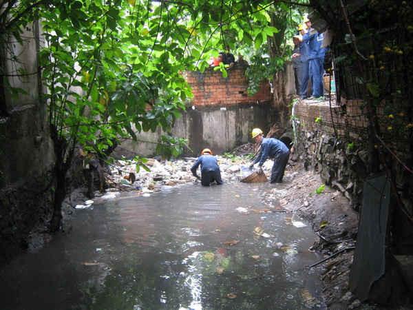 """Xả rác bừa bãi trên kênh, rạch ở TPHCM, """"gây khó"""" cho công nhân môi trường"""