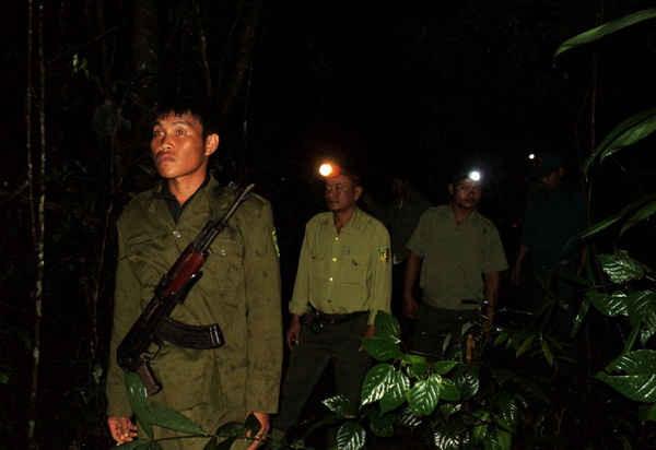 Kiểm lâm cùng người dân tuần tra giữ rừng