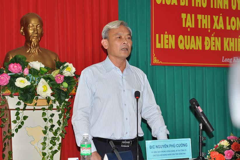Ông Nguyễn Phú Cường - Ủy viên Trung ương Đảng, Bí thư Tỉnh ủy Đồng Nai đối thoại với người dân thị xã Long Khánh khiếu kiện về tranh chấp đất đai.