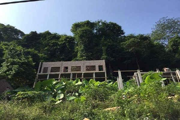 Ông Nguyễn Văn Viện đồng loạt xây dựng tám căn nhà kiên cố xâm hại hồ Ba Bể.