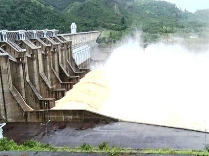 Các hồ chứa ở Bình Định đang xả nước để hạn chế nguy cơ vỡ đập.