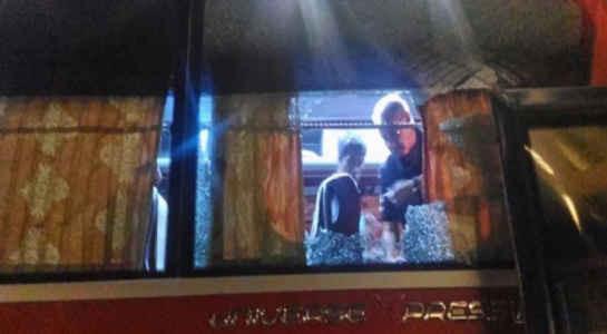 Hình ảnh chiếc xe bus của ĐT Indonesia bị các CĐV Việt Nam ném vỡ kính