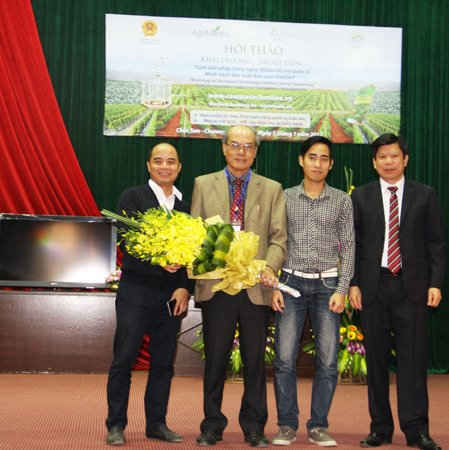 Ông Nguyễn Minh Ngọc – Phó Chủ tịch thường trực UBND huyện Chương Mỹ chúc mừng nhóm dự án