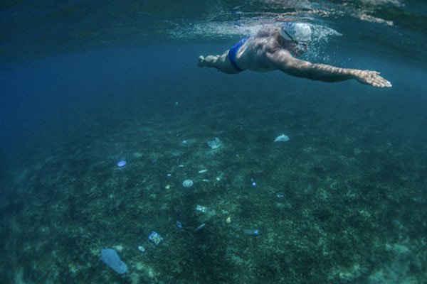 Lewis Pugh thuộc UNEP, đang bơi trong Bảy Biển (Seven Seas) nhằm kêu gọi các nhà hoạch định chính sách bảo vệ ít nhất 10% biển trên thế giới. Ảnh: UNEP