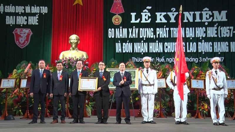 Bộ trưởng Bộ GD&ĐT Phùng Xuân Nhạ trao Huân chương Lao động hạng Nhất cho ĐH Huế