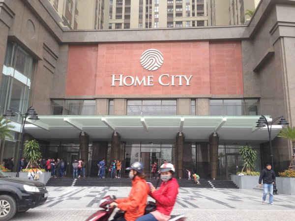 Home City là một trong những Dự án bị người mua nhà biểu tình phản đối vì cho rằng Chủ đầu tư đã gian dối khi bán nhà trong khi trên thực tế, pháp lý của Dự án rất rõ ràng. Điều này khiến người thiệt thòi là các cư dân bởi giá nhà sẽ giảm.