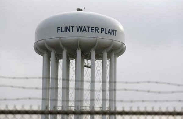 Tháp nước của nhà máy nước Flint, bang Michigan, Mỹ vào ngày 7/2/2016. Ảnh: REUTERS / Rebecca Cook