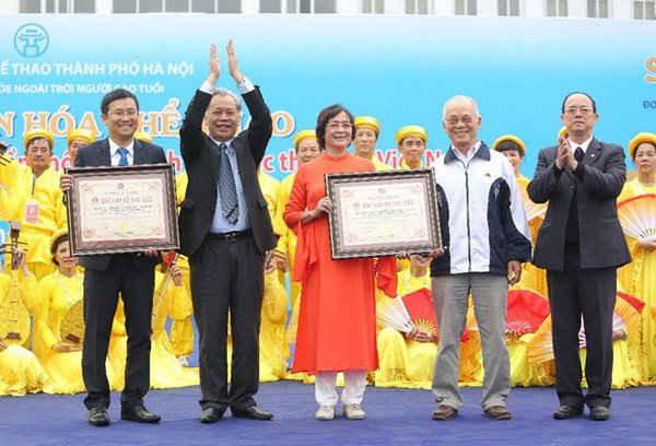 Vinamilk và Câu lạc bộ sức khỏe ngoài trời Hà Nội sở hữu Kỷ lục Việt Nam với số lượng người tham gia đồng diễn dưỡng sinh đông nhất
