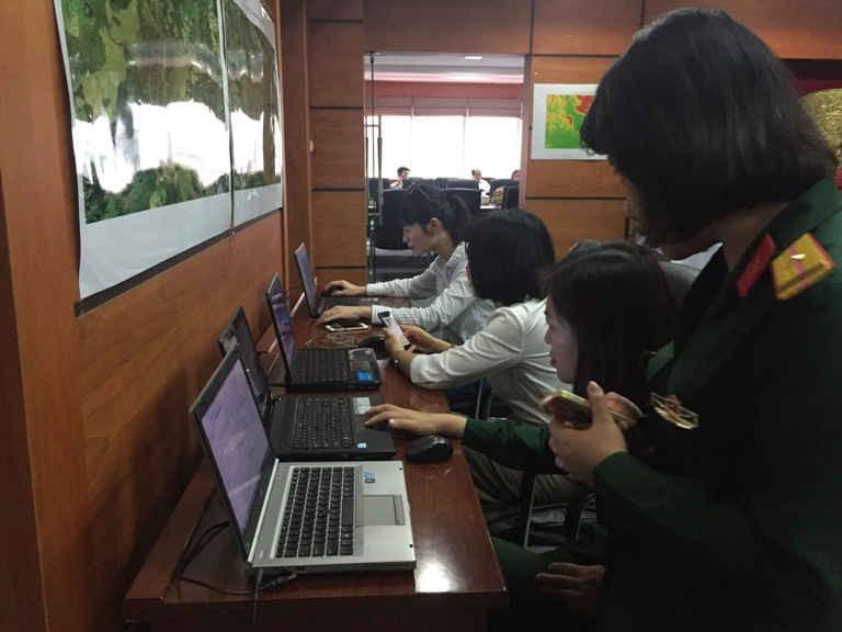 Các đại biểu tham quan và xem các tài liệu, hình ảnh về kết quả Dự án giai đoạn 2014 - 2016 được trưng bày tại Hội nghị sáng 24/3