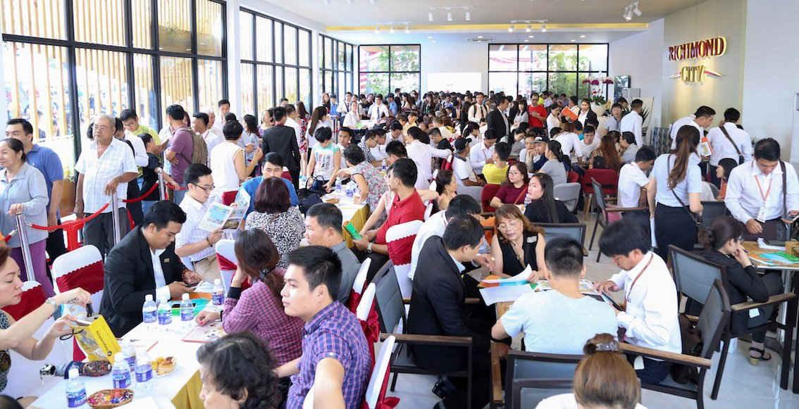 Khách hàng đông nghẹt trong ngày mở bán dự án Richmond City của Hưng Thịnh Corp