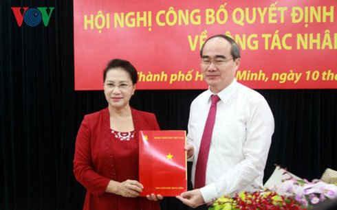 Bà Nguyễn Thị Kim Ngân - Chủ tịch Quốc hội trao Quyết định phân công ông Nguyễn Thiện Nhân làm Bí thư Thành uỷ TP.HCM