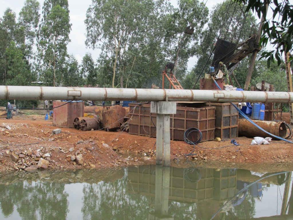 Công ty TNHH Phúc Lộc lấp đất xuống sông Hà Thanh để xây cầu