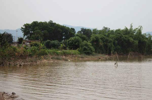 Theo phản ánh của người dân, việc cắm cọc không phải để ngăn thi công nạo vét luồng tuyến sông Cầm mà chống việc đánh bắt