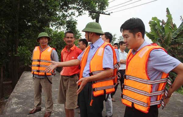 Phó Chủ tịch UBND tỉnh Vũ Văn Diện trò chuyện với người dân để nắm bắt tình hình