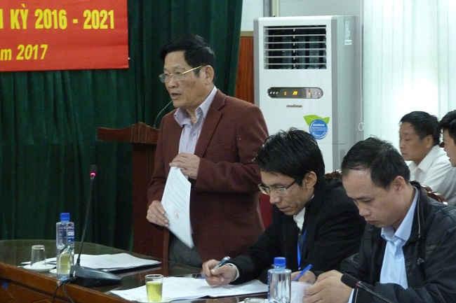 Ông Vũ Xuân Hiếu, Phó Chủ tịch UBND huyện Vân Hồ báo cáo tiến độ cấp GCNQSDĐ lần đầu.