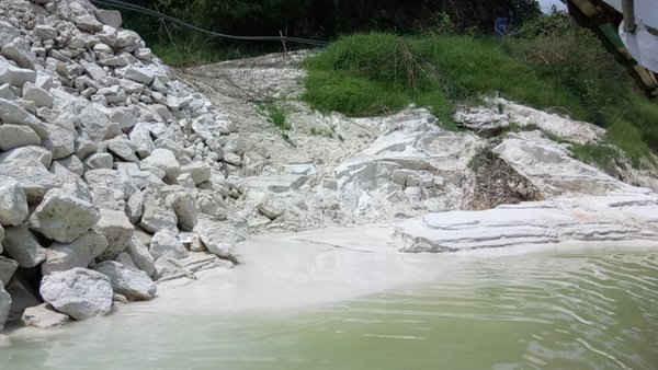 Việc buông lỏng quản lý trong lĩnh vực bảo vệ môi trường đối với các dự án xung quanh hồ Thác Bà đã gây ra hậu quả nhãn tiền là hàng loạt nhà máy, xưởng sản suất vô tư xả thải thẳng ra hồ Thác Bà