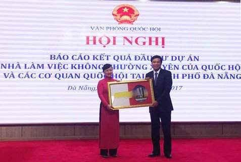 Chủ nhiệm VPQH Nguyễn Hạnh Phúc trao chìa khóa Nhà làm việc không thường xuyên của Quốc hội cho Cục trưởng Cục Quản trị Phạm Thúy Chinh
