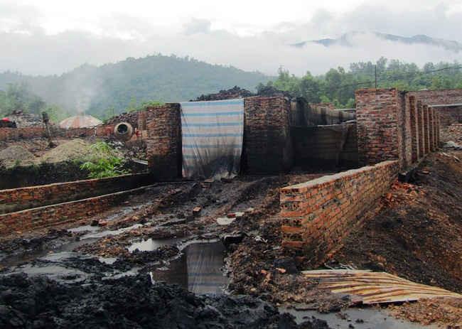 Khu vực sản xuất than cốc của Công ty INVINCO,  các lò nung than cốc không có ống dẫn khói.