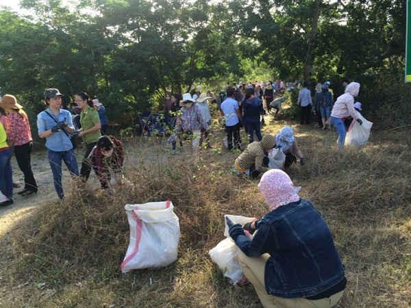 Hội phụ nữ trong một buổi ra quân dọn rác trên bán đảo Sơn Trà