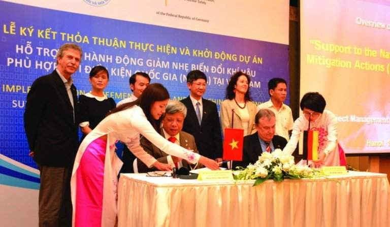 Thứ trưởng Bộ TN&MT Nguyễn Linh Ngọc và ông Jochem Lange, Giám đốc Quốc gia GIZ tại Việt Nam ký Thỏa thuận thực hiện và khởi động dự án về BĐKH
