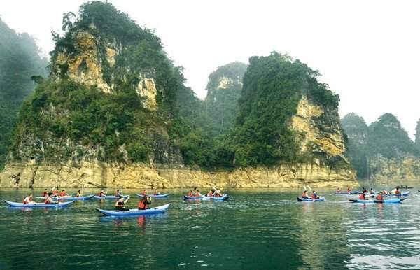 Chèo thuyền Kayak - sản phẩm du lịch mới ở hồ Na Hang. Ảnh: MH