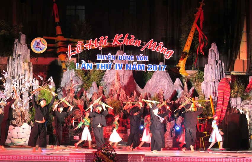 Màn biểu diễn múa khèn của các nghệ nhân tại lễ hội.