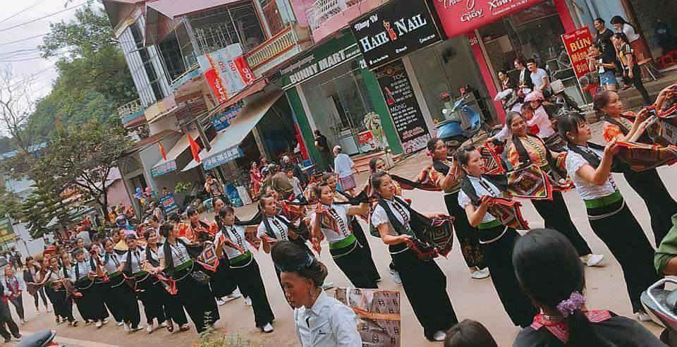 Hoạt động văn hóa cộng đồng đường phố biểu diễn dân ca, dân vũ, tấu nhạc cụ các dân tộc Kinh, Thái, Mường, Mông, Dao huyện Mộc Châu