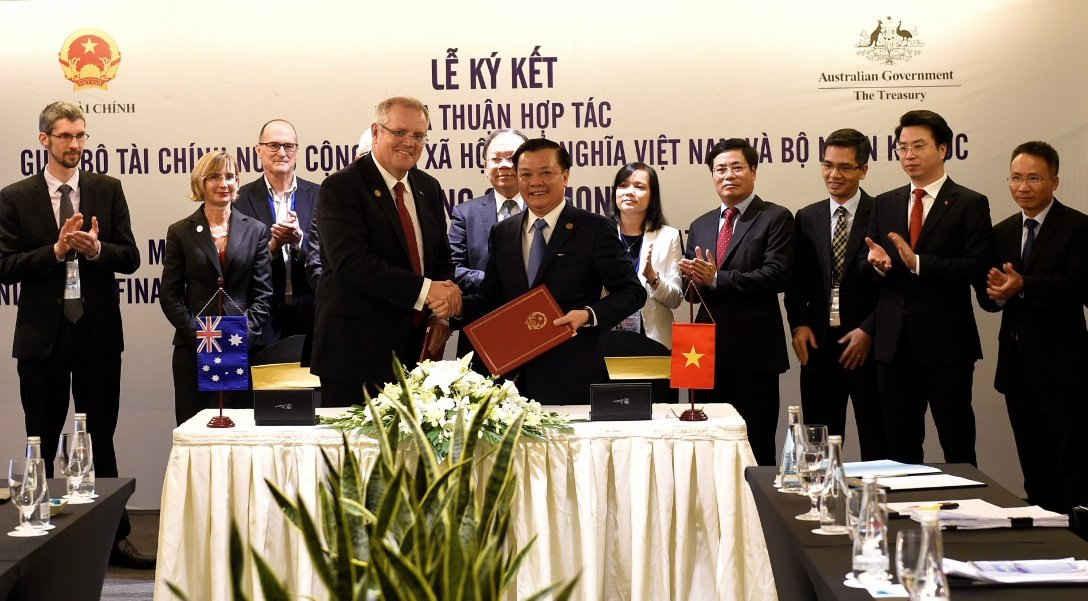 Bộ trưởng Bộ Tài chính Việt Nam Đinh Tiến Dũng và Bộ trưởng Bộ Ngân khố Úc Scott John Morrison đã ký biên bản ghi nhớ hợp tác (MOU)