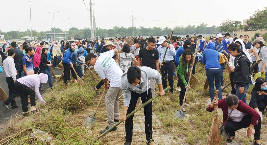 Đông đảo người dân cùng tham gia dọn dẹp vệ sinh môi trường
