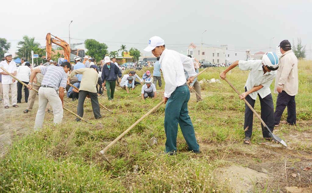 Cựu chiến binh tham gia dọn vệ sinh môi trường chào đón APEC