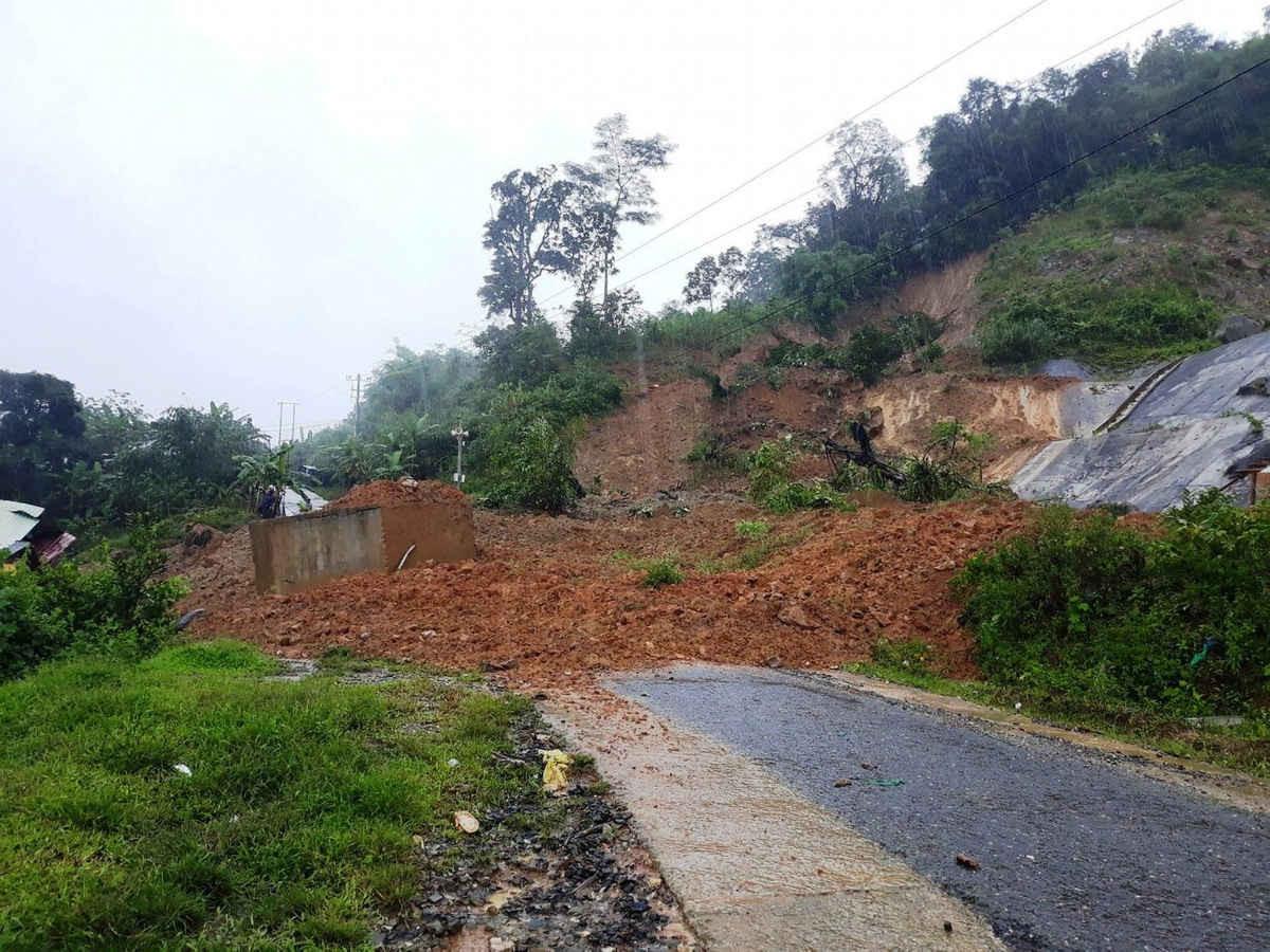 Mưa lớn đã gây sạt lở núi ở huyện Bắc Trà My