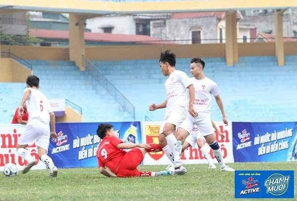 Một pha vào bóng khá rắn của cầu thủ đội THPT Trần Quốc Tuấn.