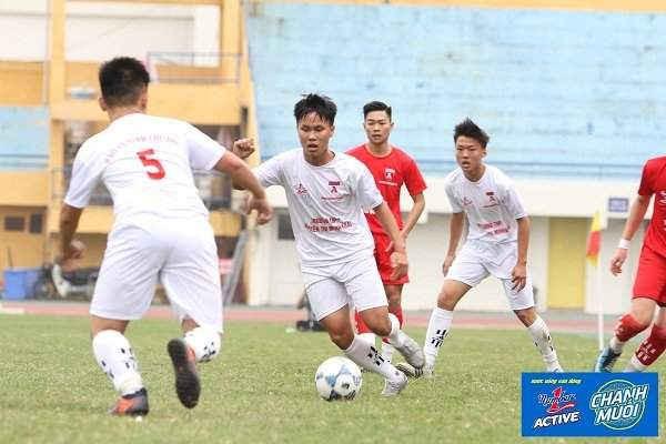 Pha đi bóng kỹ thuật của cầu thủ trường THPT Nguyễn Thị Minh Khai.