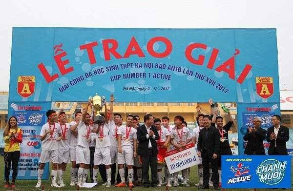 THPT Nguyễn Thị Minh Khai nhận huy chương và chiếc cup vô địch Number 1 Active mùa giải lần thứ 17.