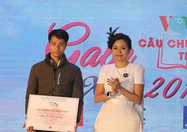 Bà Trần Uyên Phương, Phó Tổng giám đốc Tập đoàn Tân Hiệp Phát trao tượng trưng chi phí hỗ trợ phẫu thuật tim cho gia đình bé Mã Thị Hà My.