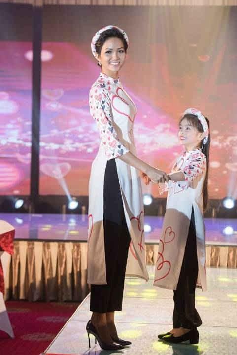 Hoa hậu Hoàn vũ Việt Nam 2017 H'Hen Niê diện áo dài thướt tha trong đêm Gala