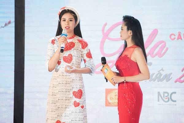 """Hoa hậu Ngọc Hân giao lưu về bộ sưu tập áo dài """"Câu chuyện trái tim"""" do chính cô thiết kế."""